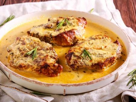 Печени свински котлети със заквасена сметана, горчица и пушено сирене на фурна - снимка на рецептата